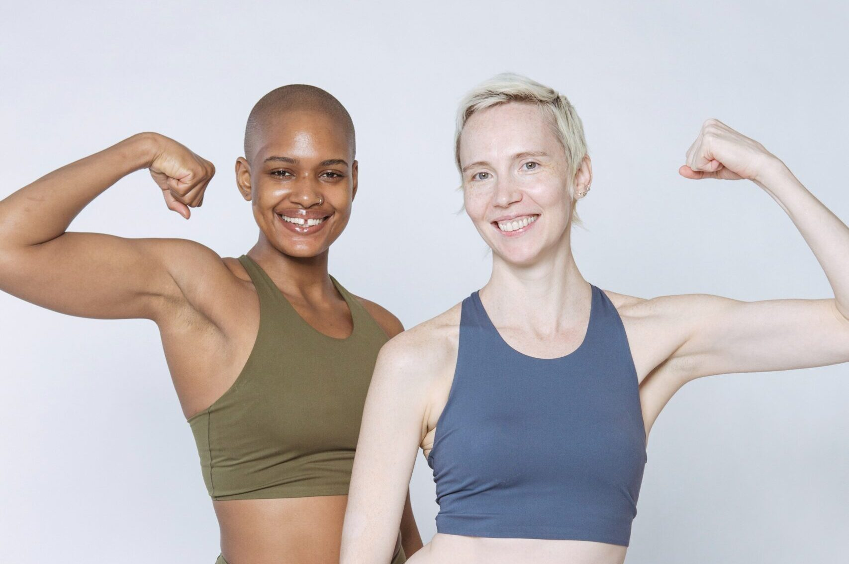 dos chicas sacando musculo del brazo